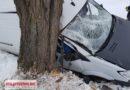Samochód wpadł do rowu i uderzył w drzewo