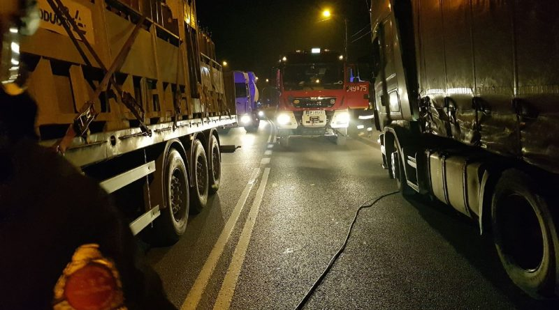 Samochód ciężarowy zerwał linie telefoniczną oraz energetyczną